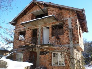 Solid rural house (in construction) with nice yard near park