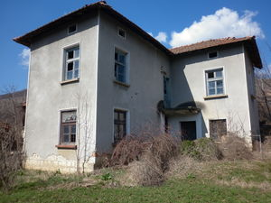 Old rural house with land located in a village near nice dam
