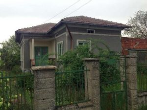 Old rural house with garage and garden 35 km from the sea