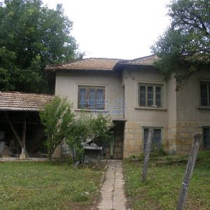 House near Opaka with marvellous views and 5635 sq.m garden