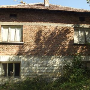 Country house with plot of land located between 2 big cities
